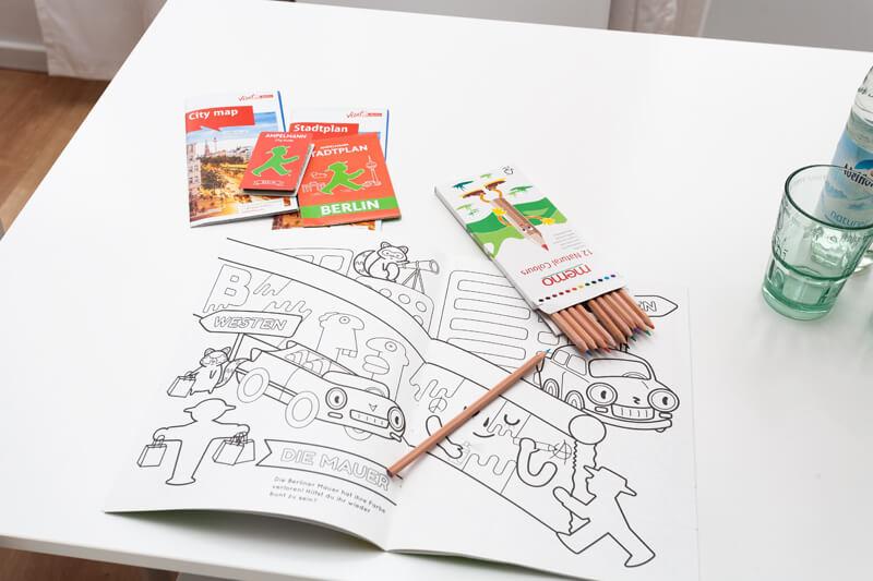 Stadtplan, Malheft und Buntstifte. / city map, coloring book and colored pencils