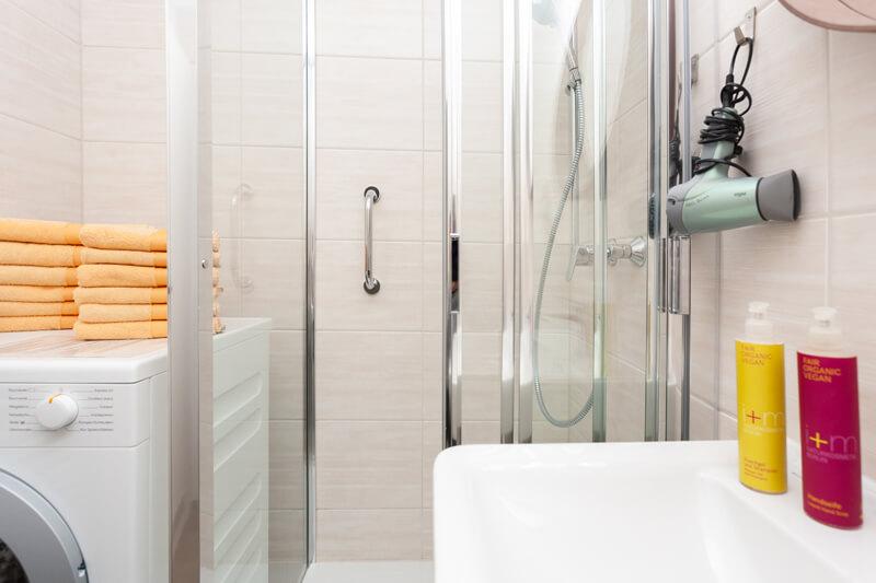Bad- und Handtücher, Bio-Seife, Bio-Shampoo & Duschgel und Toilettenpapier. / Bath and hand towels, organic soap, organic shower gel & shampoo and toilet paper.