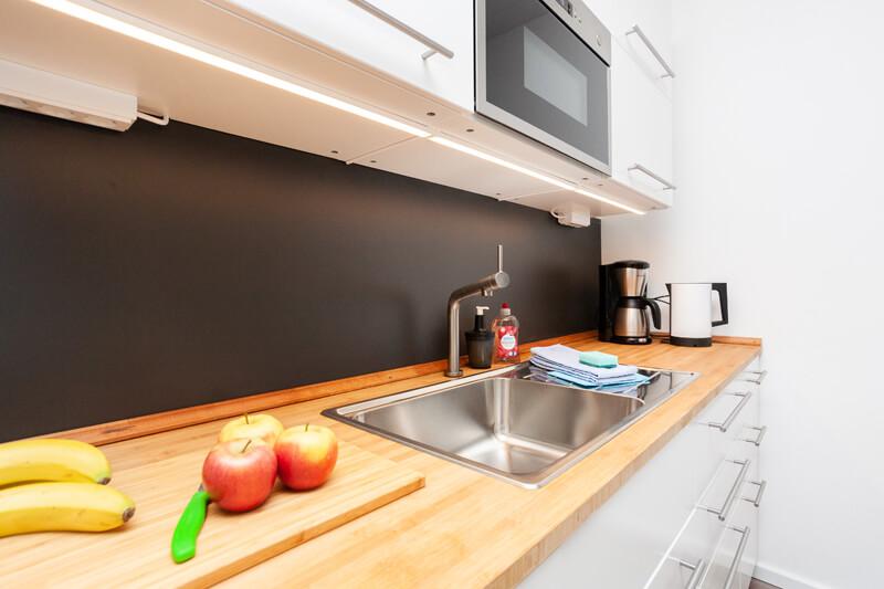 Voll ausgestattete Küche mit Geschirr, Besteck, Töpfen, Pfannen und allem nötigen zum Kochen. / Fully equipped kitchen with dishes, cutlery, pots, pans and everything necessary for cooking.