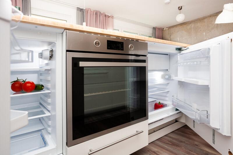 Voll ausgestattete Küche mit Kühlschrank, Mikrowelle, Geschirrspüler, Herd und Ofen. / Fully equipped kitchen with refrigerator, dish washer, microwave, stove and oven.