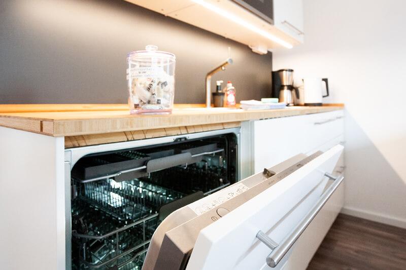 Voll ausgestattete Küche mit Geschirrspüler, Kühlschrank, Mikrowelle, Herd und Ofen. / Fully equipped kitchen with dish washer, refrigerator, microwave, stove and oven.