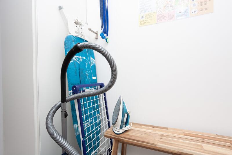 Staubsauger, Wäscheständer, Bügelbrett und Bügeleisen. / Vacuum cleaner, laundry rack, ironing board and iron.