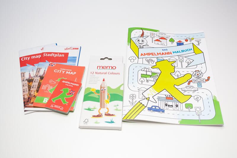 Sie finden in der Wohnung auch einen Stadtplan, ein Malheft und Buntstifte. / You will also find a city map, a coloring book and colored pencils in the apartment.