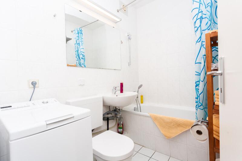 Badezimmer (Wannenbad/WC) mit großem Spiegel