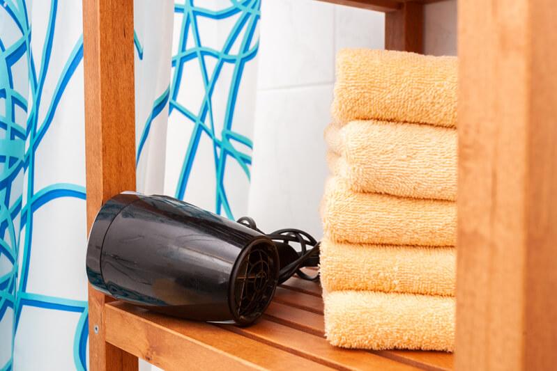 Frische Bade- und Handtücher, Bio-Seife, Bio-Shampoo & Duschgel und Toilettenpapier.