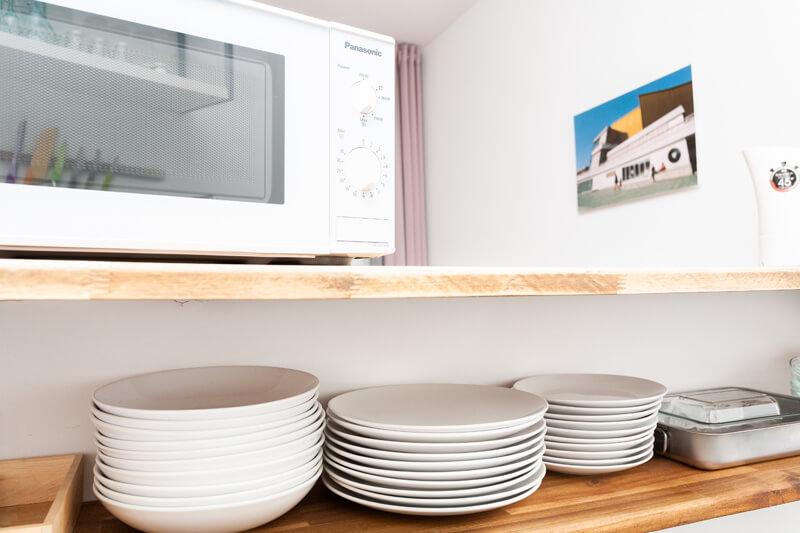 Voll ausgestattete Küche mit Geschirr, Besteck, Topfen, Pfannen und allem nötigen zum Kochen