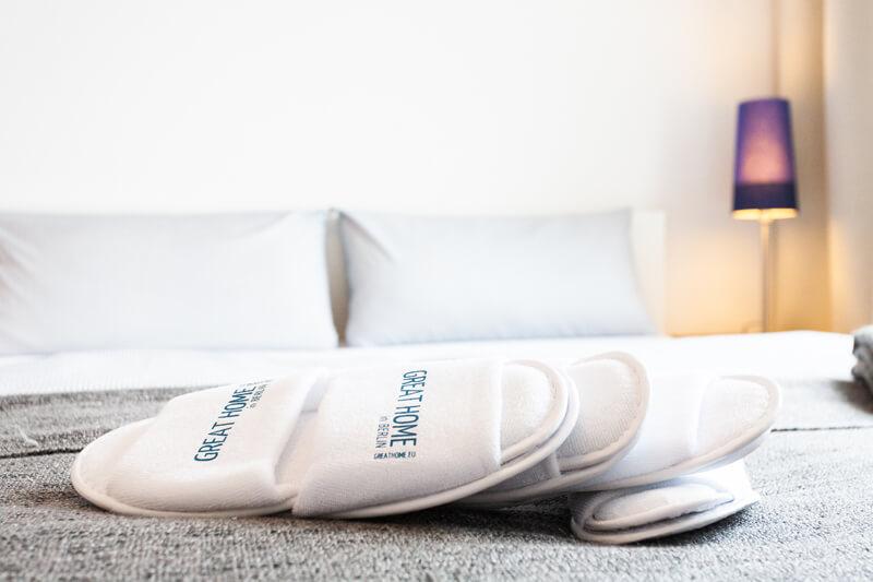 Jeder Gast erhält ein Paar gemütliche Einmalhausschuhe. / Every guest will receive a free pair of cosy, disposable slippers.